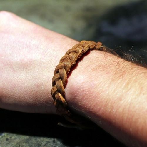 Мужской браслет из кожаных шнурков